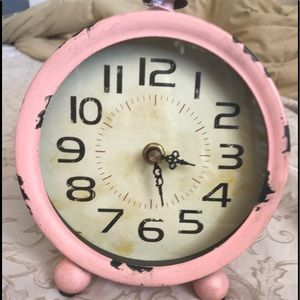 Adorable battery operated antique looking clock